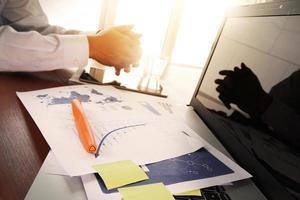 zakelijke documenten op kantoor tafel met slimme telefoon