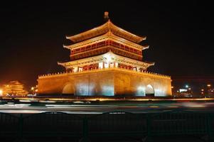 xian klokkentoren 's nachts foto