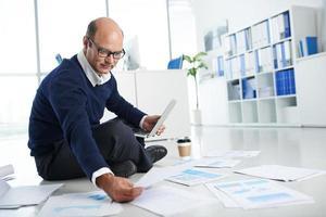 werken met financiële documenten foto