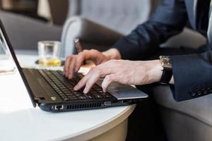zakenman werken met documenten en laptop foto