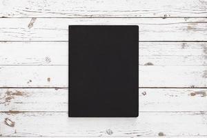 witte lege houten tafel met notebook foto