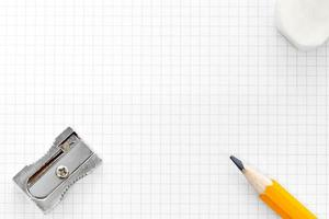 blanco ruitjespapier gum en puntenslijper foto
