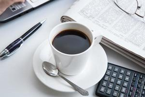 zakenman hardlopen en een kopje koffie foto