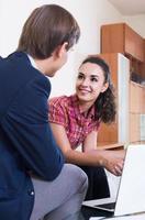 verzekeringsagent en klant bespreken overeenkomstvoorwaarden foto