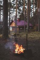 rusten bij een vuur in het bos