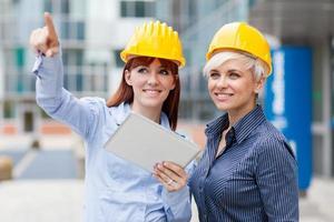 vrouwelijke constructeurs bespreken hun project