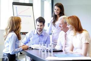 mensen uit het bedrijfsleven bespreken in een vergadering