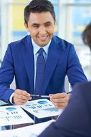 zakenman tijdens vergadering foto