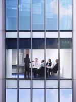 mensen uit het bedrijfsleven tijdens bijeenkomst in office foto