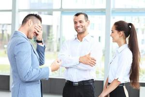 mensen uit het bedrijfsleven bijeen in kantoor om project te bespreken foto