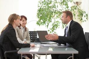 advies, verkoper, zakenmensen bespreken werk en nieuwe projecten foto