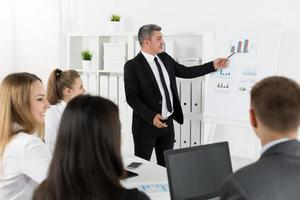 mensen uit het bedrijfsleven bijeen in kantoor om project te bespreken