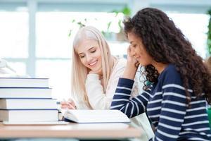 vrouwen die samen huiswerk maken foto