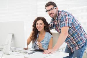 lachende partners die computer samen gebruiken