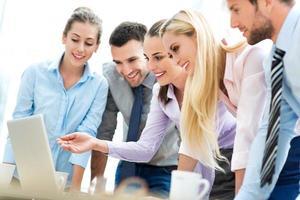 mensen uit het bedrijfsleven samen met behulp van laptop