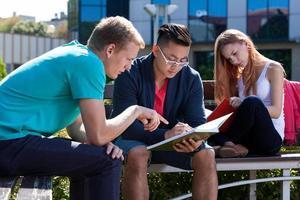 internationale studenten leren samen buiten foto