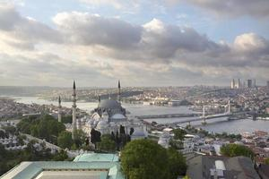 prachtig uitzicht op istanbul, gouden hoorn en suleymaniye-moskee foto