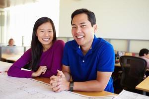 architecten die samen plannen in modern bureau bestuderen foto