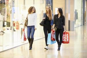 drie vriendinnen samen winkelen in winkelcentrum