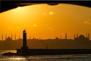 istanbul silhouet. blauwe moskee en hagia sophia bij zonsondergang. foto