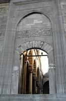 gewelfde ingang van nieuwe moskee in istanbul.
