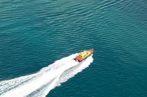 blauwe zee, golven en veerboot foto