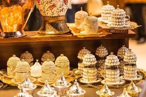 koperen traditionele pepermolen op de bazaar van istanbul foto