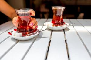 Turkse thee in traditioneel theekopje foto