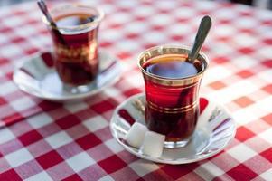 Turkse thee in traditionele theekopjes foto