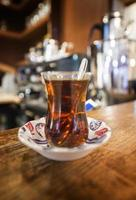 Turkse thee geserveerd in traditioneel glas foto