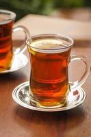 twee kopjes Turkse thee op een tafel in istanbul foto