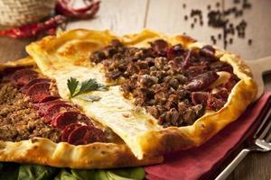 zelfgemaakte traditionele Turkse maaltijd pizza pide foto
