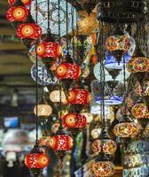 verschillende oude lampen op de grote bazaar in istanbul foto
