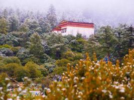 chongu klooster in yading foto