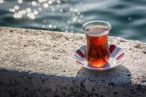 glas Turkse thee in de buurt van Bosporus foto