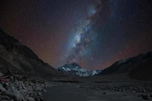 melkweg over de noordkant van mt. everest, tibet foto