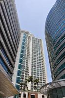drie flatgebouwen in de stad Makati foto
