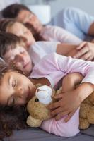 schattige familie samen slapen