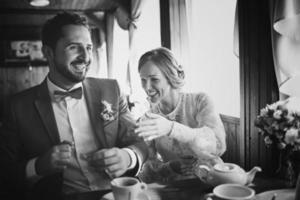 bruiloft zomer paar samen poseren. foto