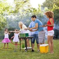 gezinnen die genieten van een barbecue. foto