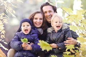 in de herfst park en gelukkige familie foto