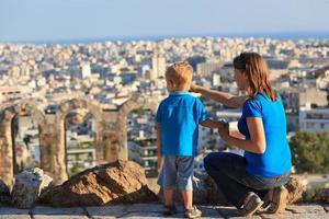 familie kijken naar Athene, Griekenland foto