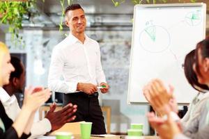 vrolijke zakenmensen applaudisseren foto