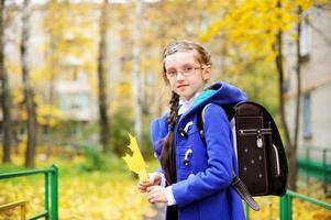 kind meisje in park foto