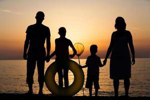 silhouet van familie op het strand foto