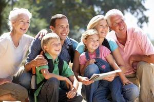 familie van drie generaties op plattelandswandeling foto
