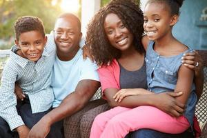 portret van familie zitten buiten huis foto
