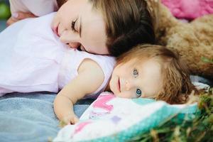 jonge mooie vrouw met haar kind buitenshuis