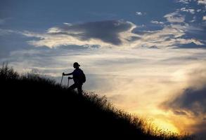 vrouwelijke wandelaar loopt langs de bergkam foto