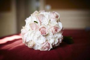 ramo de flores naturales (rosas y petunia's) foto